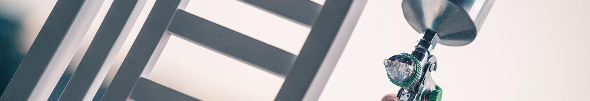 Banner - kontakt, malowanie krzeseł urządzeniem